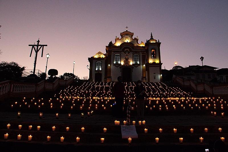Cidade histórica de São João del Rei com 2.000 velas acesas em memória das vítimas da covid