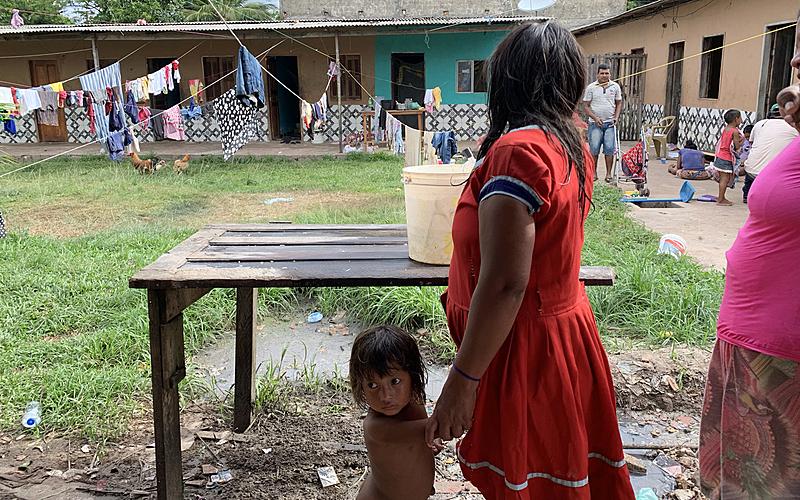 Mãe e filha Warao em uma pensão em Outeiro, bairro de Belém