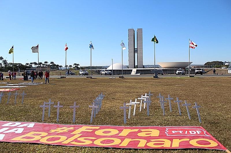 Mais de mil organizações já entregaram pedido de impeachment de Bolsonaro ao Congresso por descaso com a saúde pública em meio à pandemia