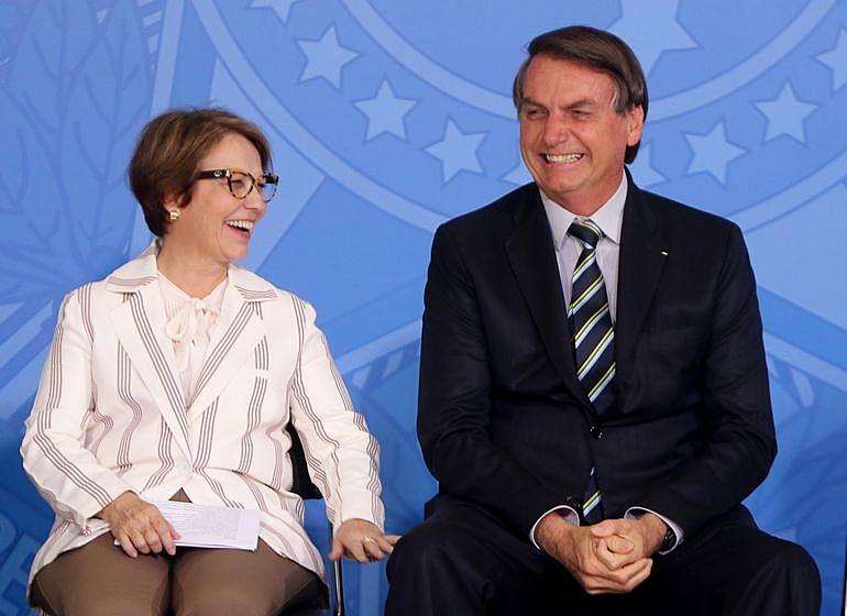 Em associação com ministra da Agricultura (à esq.), Bolsonaro tem autorizado diferentes benefícios fiscais e creditícios ao agronegócio