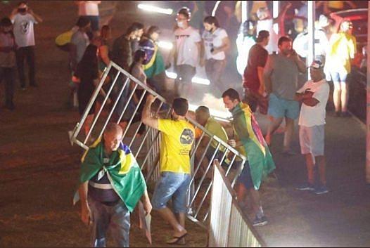 Bolsonaristas furam bloqueio policial e invadem Esplanada | Política