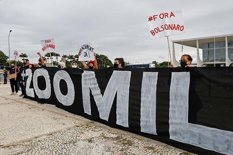 Protesto em frente ao Palácio do Planalto, em Brasília, no dia 8 de janeiro, cobra responsabilidade de Jair Bolsonaro pelos 200 mil mortos por covid-19 no Brasil; 59 pedidos de impeachment estão parados na Câmara Federal