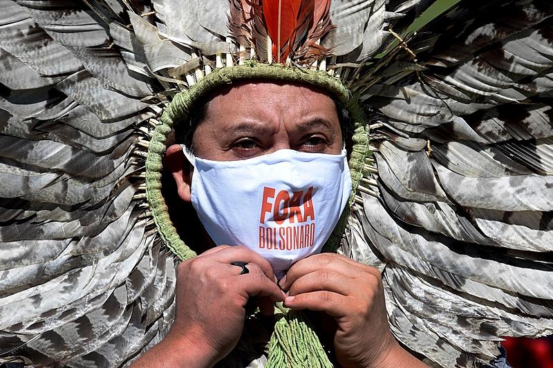 A entrada da covid-19 nas aldeias pode reduzir fortemente a população indígena e por atacar os mais idosos pode significar o desmonte de várias etnias