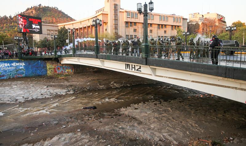 Araya no rio após ser empurrado por policiais
