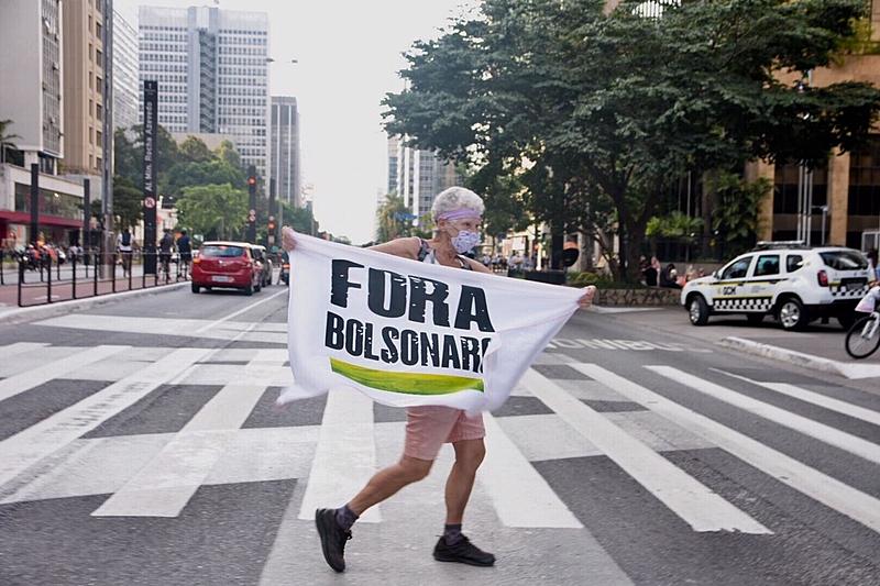 Manifestante durante protesto pelo impeachment de Bolsonaro na Av. Paulista neste sábado (20)