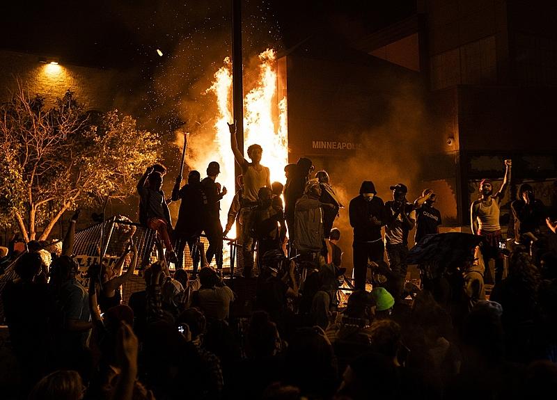 Delegacia em Minneapolis foi incendiada como forma de protesto à violência policial e racista nos Estados Unidos - Foto: Stephan Maturen/Getty Images/AFP